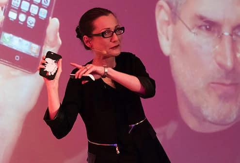 Elisabeth Heinemann beim Vortragen