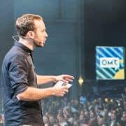 Phillip Westermeyer auf der Bühne (OMR Festival)