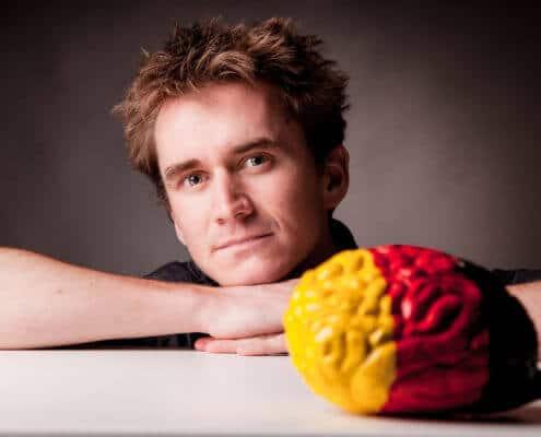 Henning Beck untersucht das Gehirn