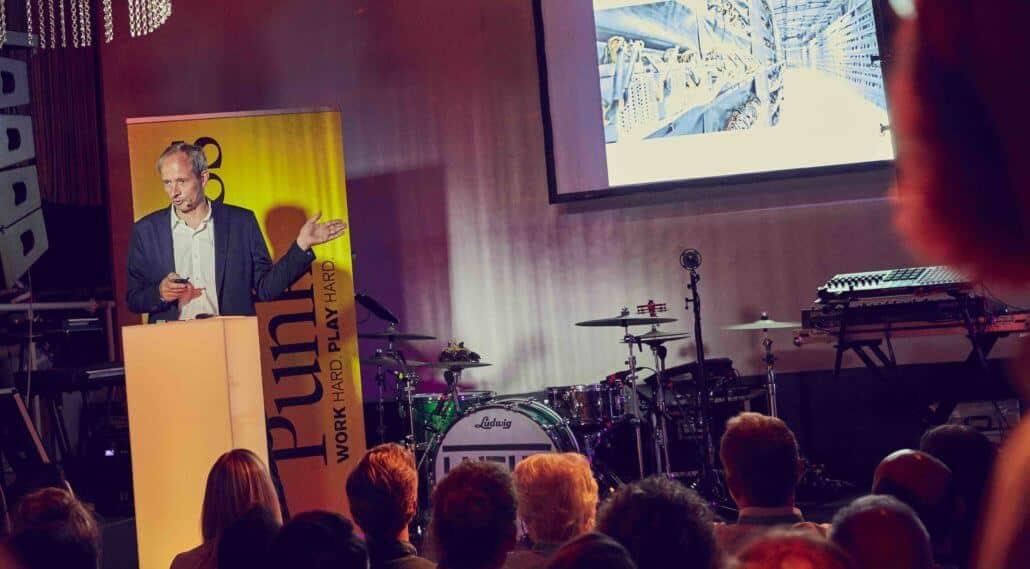 Keynote Speaker und Finanzexperte Stefan Riße live auf der Bühne