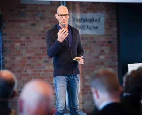 Keynote Speaker Tobias Ködel hält einen Vortrag