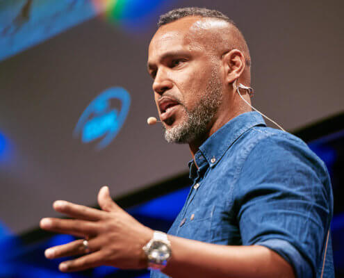 Profilfoto von Patrick Esume der Redneragentur PODIUM | Vorstellung als RednerIn