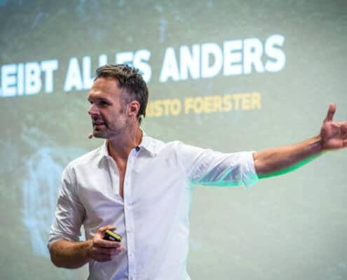 Profilfoto von Christo Foerster der Redneragentur PODIUM | Vorstellung als Redner