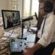 Leif Ahrens sitzt am Schreibtisch und moderiert und produziert einen Podcast