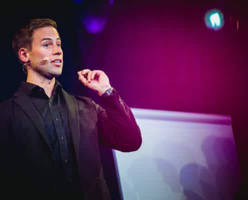 Christoph Burkhardt Portait mit Headset bei Vortrag