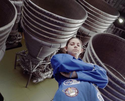 Alyssa Carson Portrait vor den Düsen einer Rakete